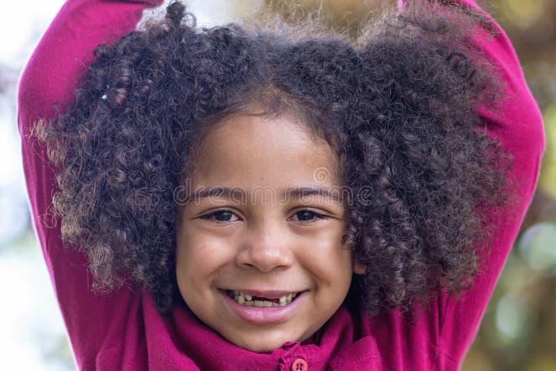 Portret piękna przedszkolna dziewczyna z uroczym kędzierzawym włosy, zdjęcie royalty free