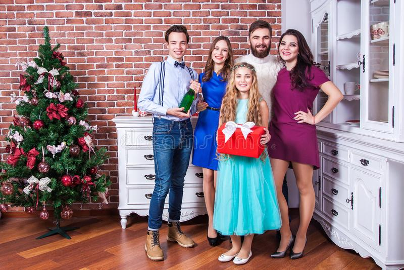 Portret piękna rodzina w bożych narodzeń vacantions Mienia champaign i czerwień prezenta pudełko zdjęcie royalty free