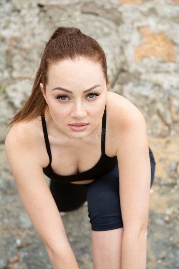 Portret piękna rudzielec dziewczyna z piegami podczas treningu outdoors Zako?czenie obraz royalty free