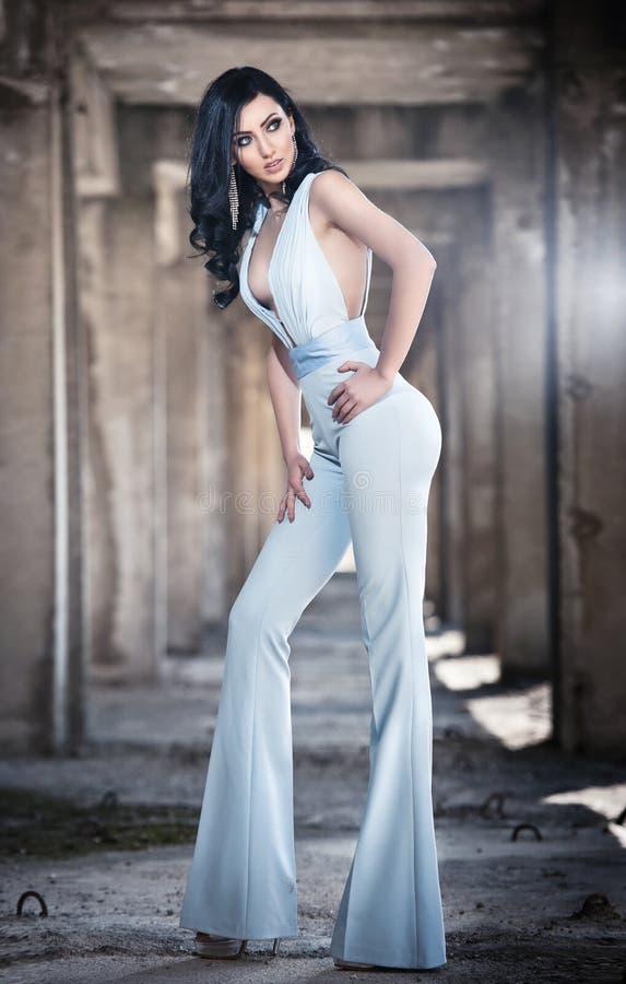 Portret piękna seksowna młoda kobieta z eleganckim kombinezonem w miastowym tle, Atrakcyjna młoda brunetka z długie włosy zdjęcie stock