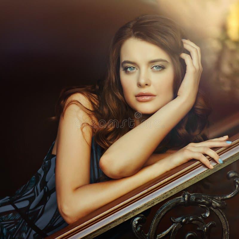 Portret piękna, seksowna, zmysłowa dziewczyna z pięknym brązem, zdjęcie stock