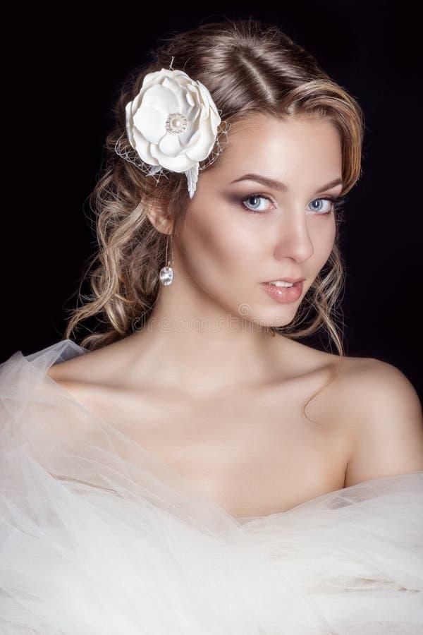Portret piękna szczęśliwa delikatna kobiety panna młoda w białego ślubnej sukni c pięknego salonu ślubnym włosy z białymi kwiatam obraz stock