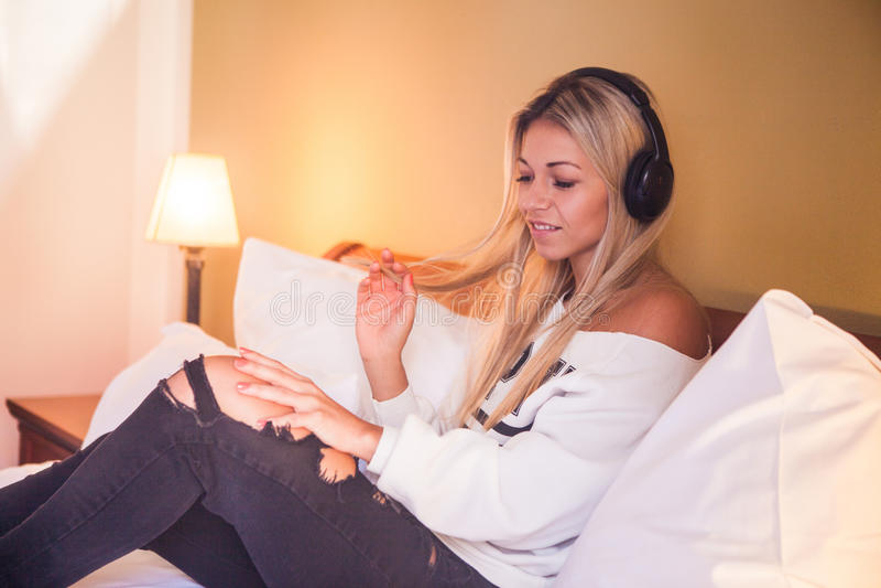 Portret piękna szczęśliwa dziewczyna słucha muzyka rockowa z hełmofonami obraz stock