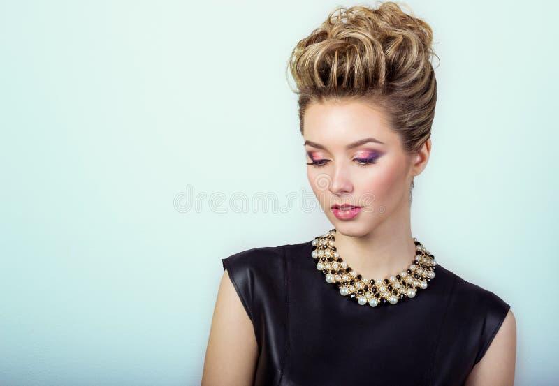 portret piękna szczęśliwa seksowna młoda kobieta ono uśmiecha się w czarnej wieczór sukni z włosy i makijażu z drogą biżuterią obraz stock