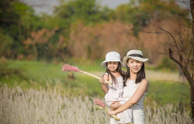 Portret piękna szczęśliwa uśmiechnięta matka z dzieckiem plenerowym zdjęcia stock