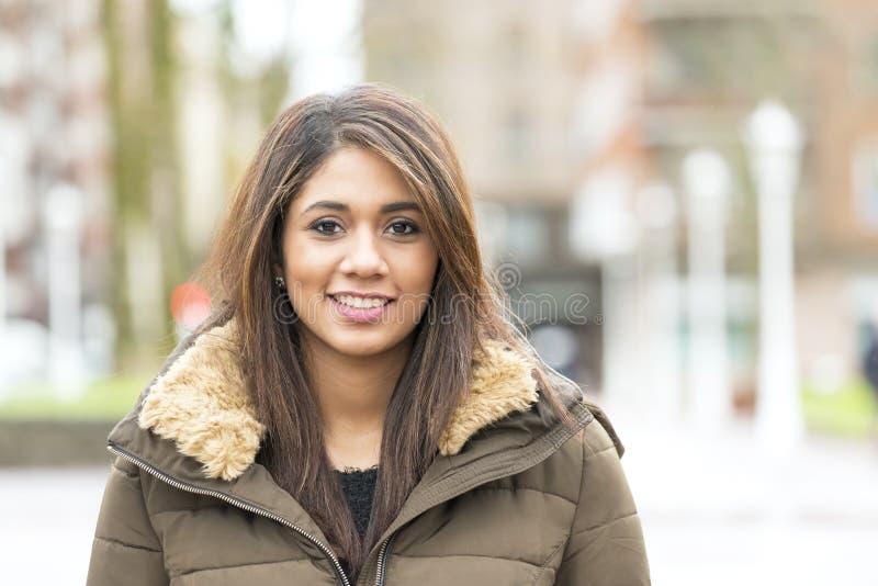 Portret piękna uśmiechnięta łacińska kobieta w ulicie obrazy stock
