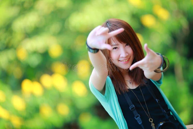 Portret piękna uśmiechnięta dziewczyna przy lato zieleni parkiem, zdjęcie royalty free