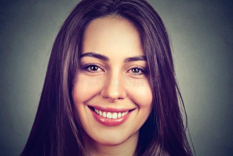Portret piękna uśmiechnięta kobieta z perfect białymi zębami zdjęcie stock