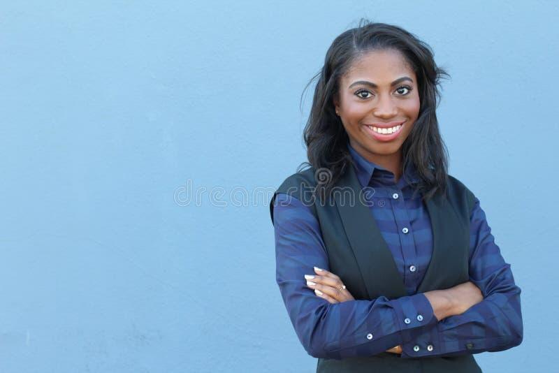 Portret piękna uśmiechnięta młoda afrykańska kobieta z rękami krzyżować - Akcyjny wizerunek zdjęcia royalty free