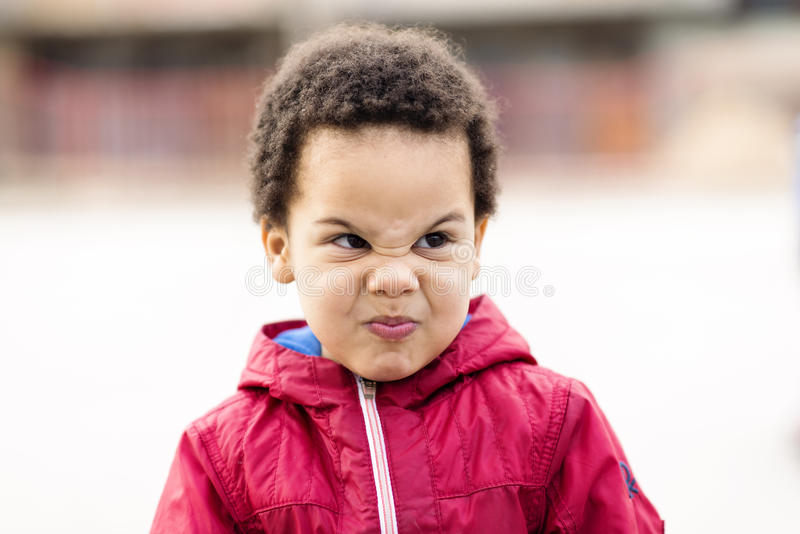 Portret piękna wielorasowa chłopiec robi niemądrej twarzy obrazy stock