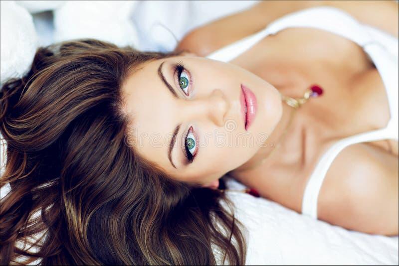 Portret piękna wspaniała dziewczyna z modnym długie włosy lying on the beach obraz royalty free