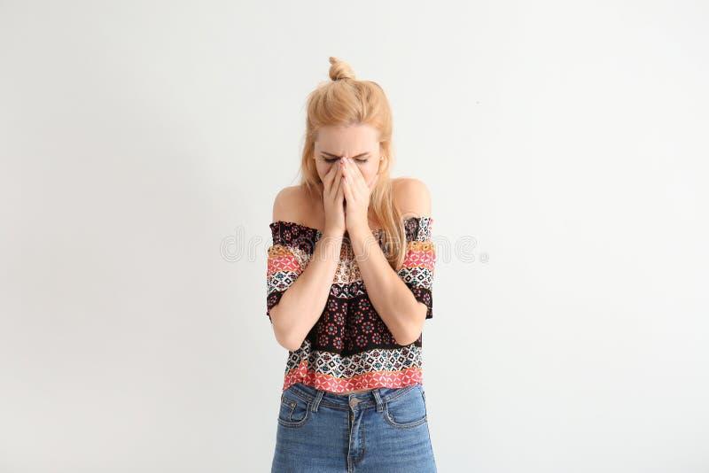 Portret piękna wzburzona kobieta na białym tle zdjęcie stock