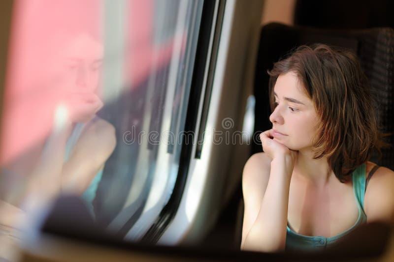 Portret piękna zadumana dziewczyna marzy w taborowym samochodzie zdjęcie royalty free