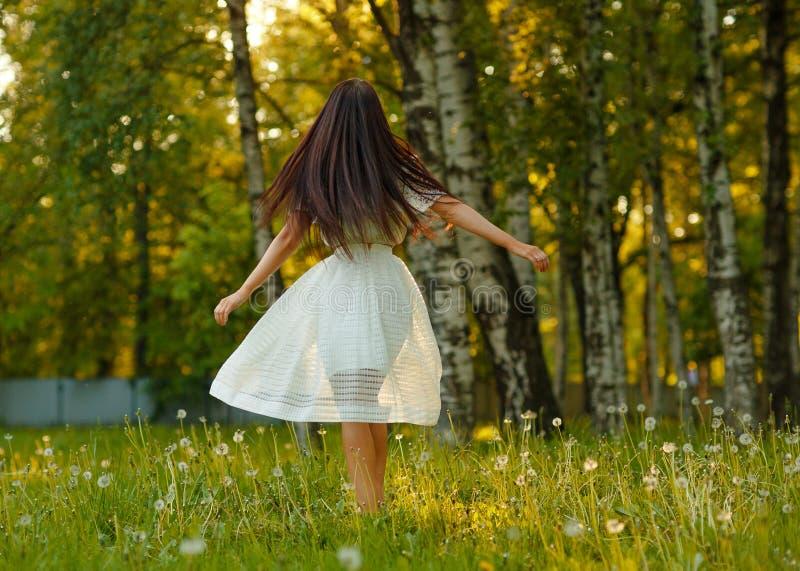 Portret piękna zmysłowa brunetki dziewczyna w biel sukni, danc zdjęcia stock