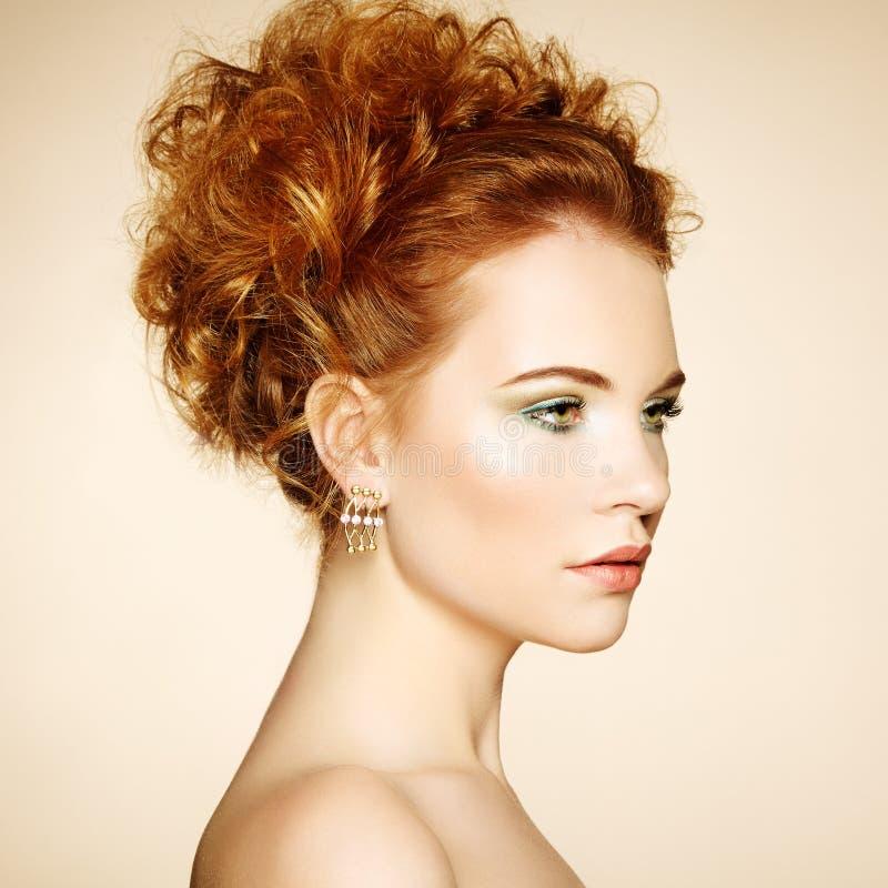Portret piękna zmysłowa kobieta z elegancką fryzurą obraz stock