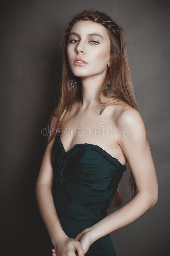 Portret piękna zmysłowa kobieta z elegancką fryzurą wieczór obraz stock