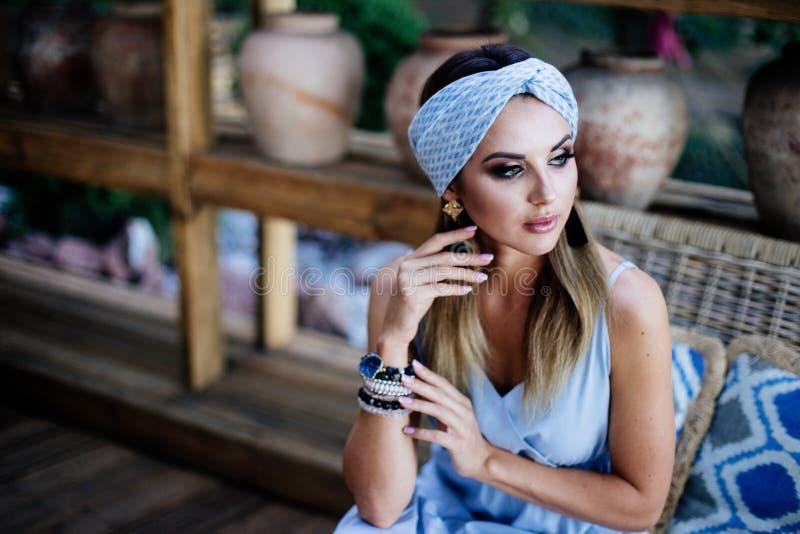 Portret piękna zmysłowa kobieta z turbanem zdjęcia stock