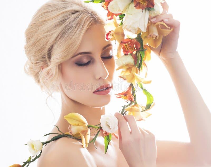 Portret piękna, zmysłowa panna młoda z kwiatami, zdjęcia royalty free