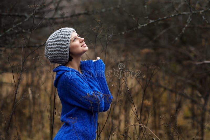 Portret piękne kobiety outdoors zdjęcia stock