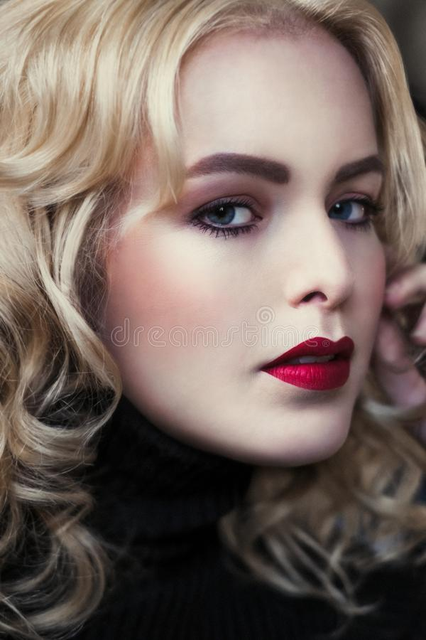 Portret piękne kobiety z blondynem zdjęcie stock