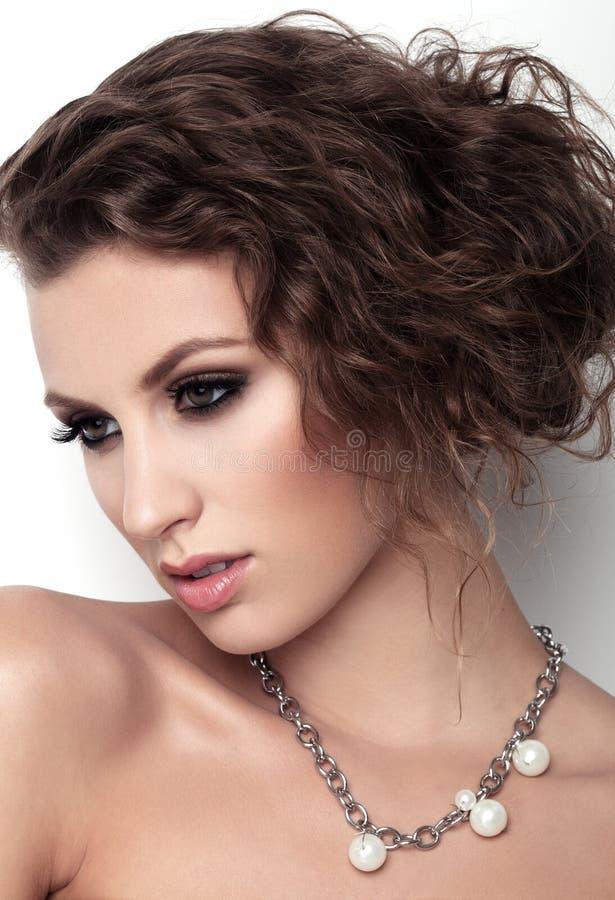 Portret piękne kobiety z makeup i fryzurą na białym tle fotografia stock