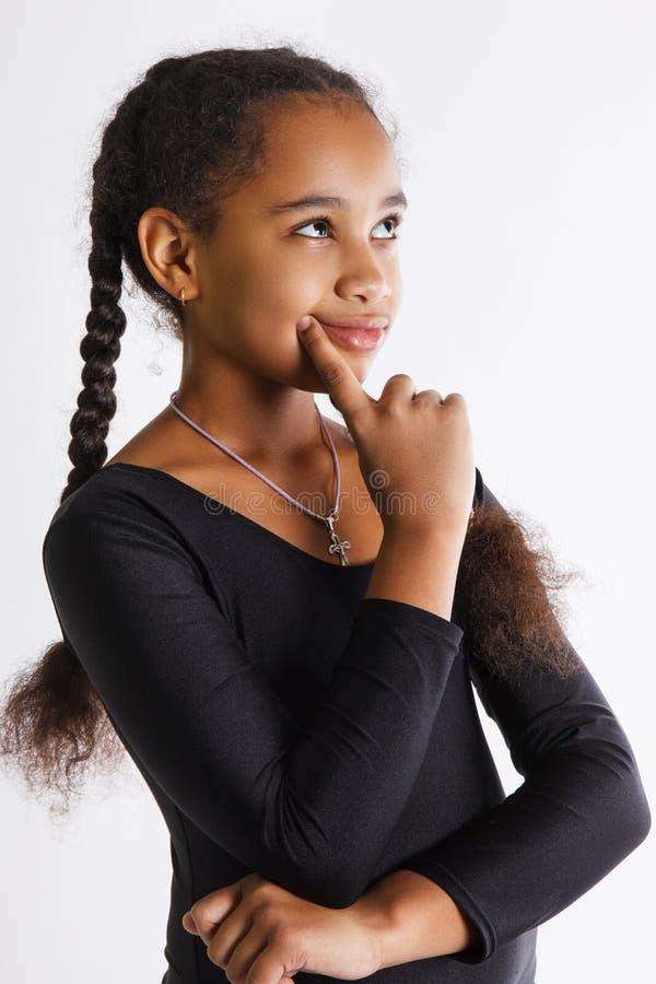 Portret piękne zadumane ciemnoskóre dziewczyny na białym tle dziecko myśleć obraz royalty free
