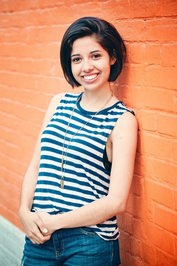 Portret pięknego uśmiechniętego młodego modnisia dziewczyny łacińska latynoska kobieta z krótkiego włosy koczkiem zdjęcia stock