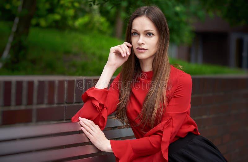 Portret pięknej biznesmenki siedzącej na ławce zdjęcia royalty free
