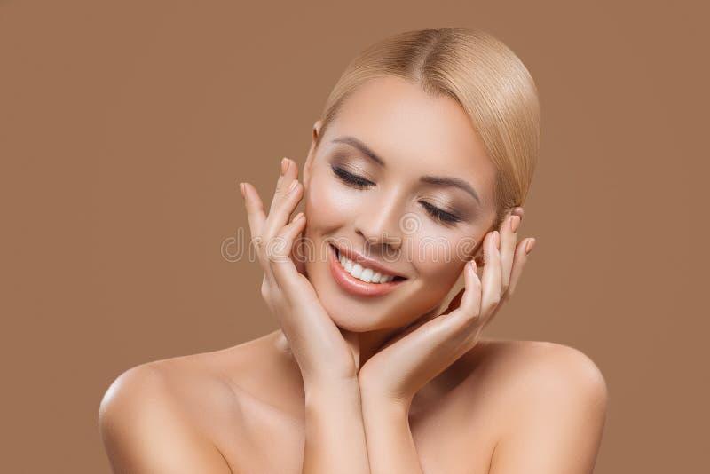 portret pięknej blondynki długie włosy dziewczyna z zamkniętymi oczami fotografia royalty free