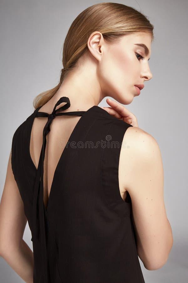 Portret pięknej kobiety blondynki długie włosy stylowy doskonalić zdjęcia stock