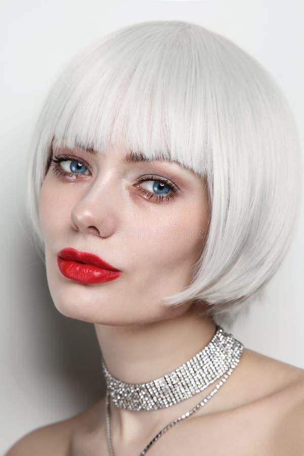 Portret pięknej kobiety z platynowanymi blond włosami i czerwonymi wargami zdjęcia stock