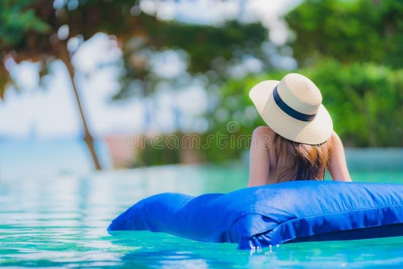 Portret pięknej młodej azjatykciej kobiety szczęśliwy uśmiech relaksuje w basenie przy hotelowego kurortu oceanu neary denną plaż zdjęcia royalty free
