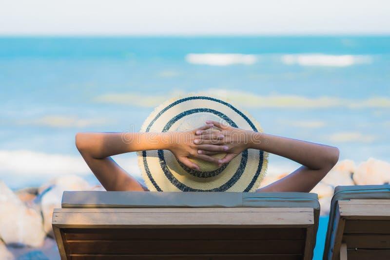 Portret pięknej młodej azjatykciej kobiety szczęśliwy uśmiech relaksuje wokoło neary morza i plaży obrazy stock