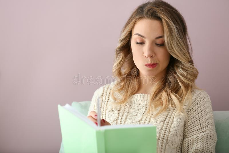 Portret pięknej młodej kobiety czytelnicza książka w domu zdjęcia stock