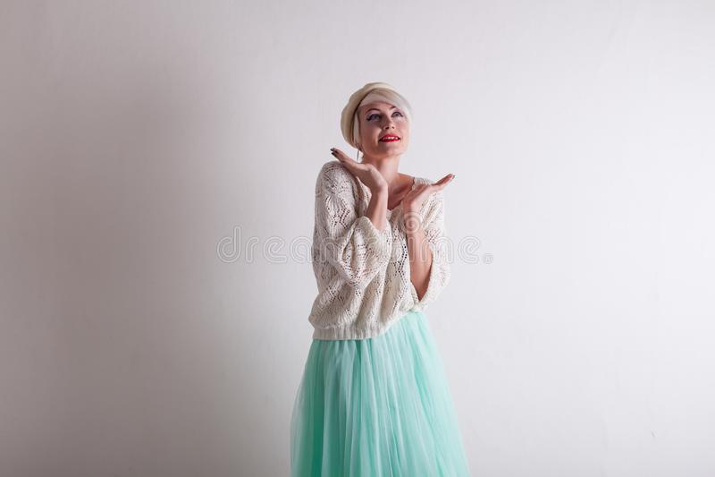 Portret piękni kobieta blondyny z krótkim włosy obraz royalty free