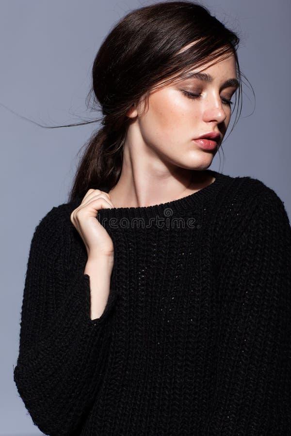 Portret piękno brunetki kobiety młody portret w czarnym fashio zdjęcia royalty free