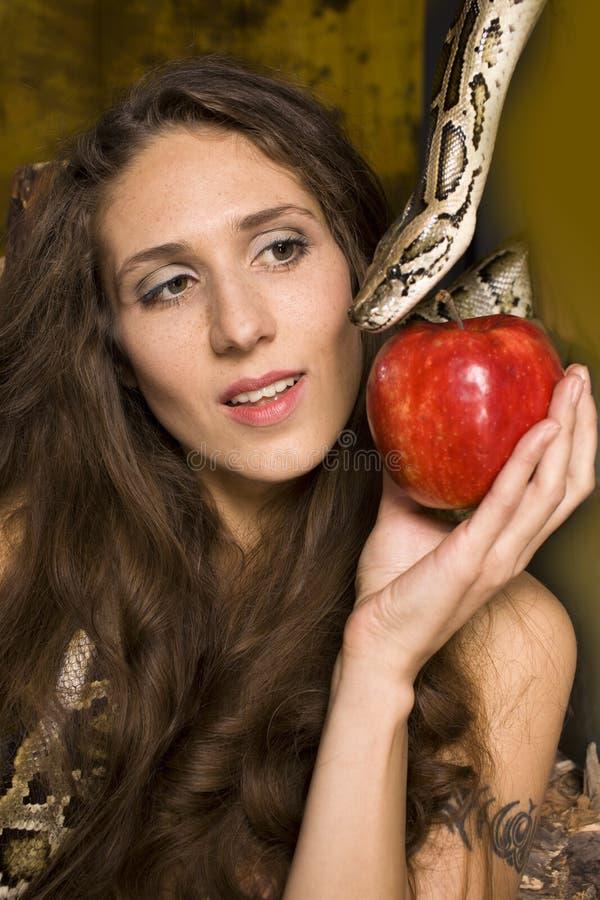 Portret piękno młoda dama z wężem i czerwieni jabłkiem zdjęcie royalty free