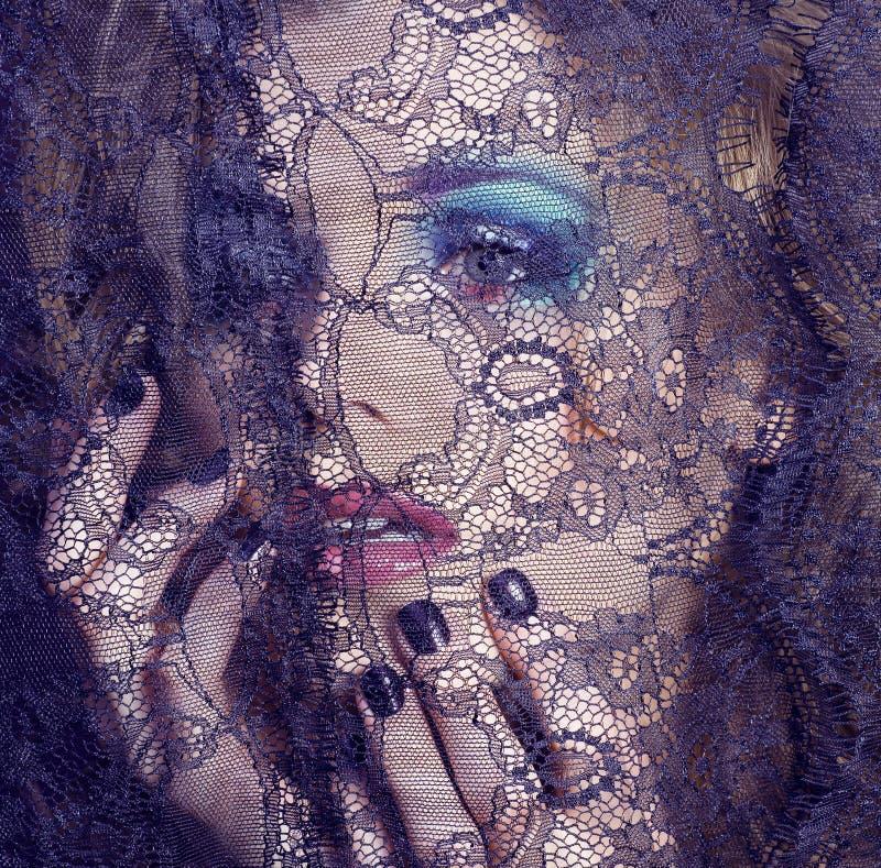 Portret piękno młoda kobieta przez koronki zakończenia w górę tajemnicy mak zdjęcia stock