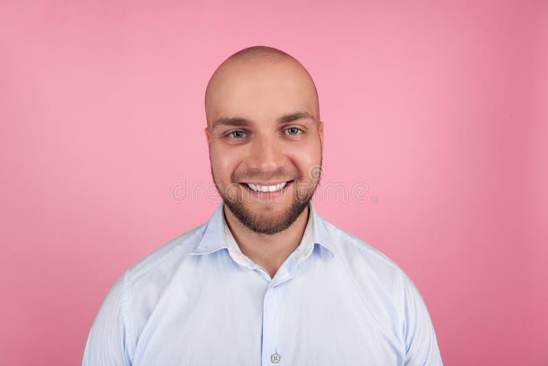 Portret piękny łysy mężczyzna z brodą blogger patrzeje uśmiechniętym przy kamerą, myśleć o nowej zawartości jego strona interneto zdjęcia royalty free