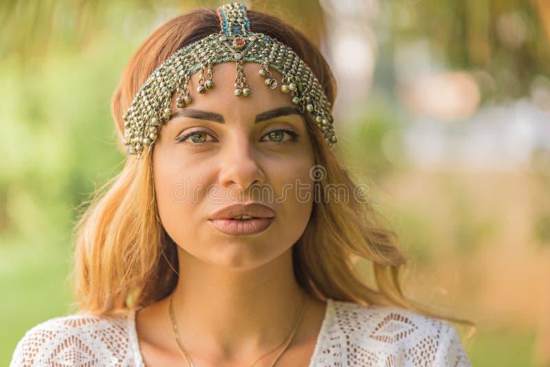 Portret piękny żeński jest ubranym boho szyka headpiece zdjęcie royalty free