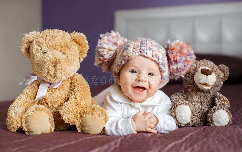 Portret piękny dziecko z pluszowymi zabawkami obraz royalty free