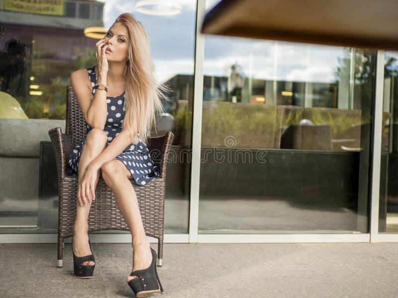 Portret piękny dziewczyny zakończenie wiatrowy trzepotliwy włosy zdjęcia stock