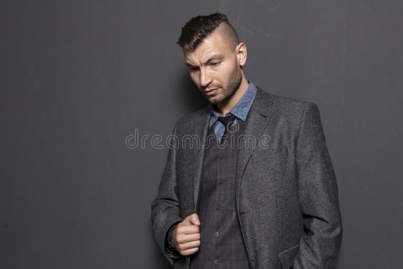 Portret piękny elegancki elegancki młody człowiek w kostiumu zdjęcia royalty free