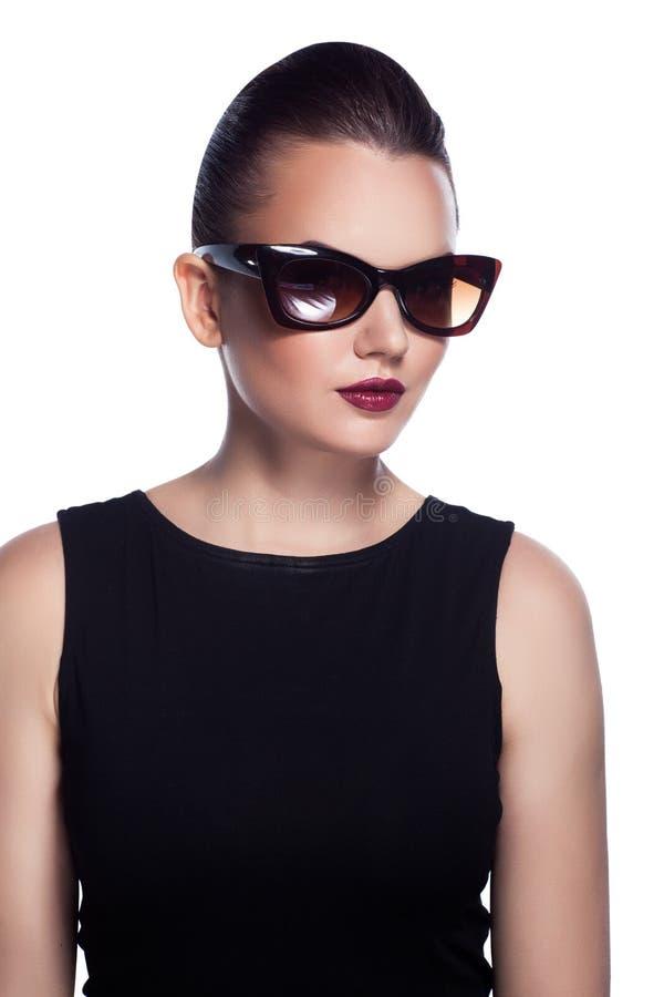 Portret piękny i fasonuje dziewczyny w okularach przeciwsłonecznych, pracowniany sho obrazy royalty free