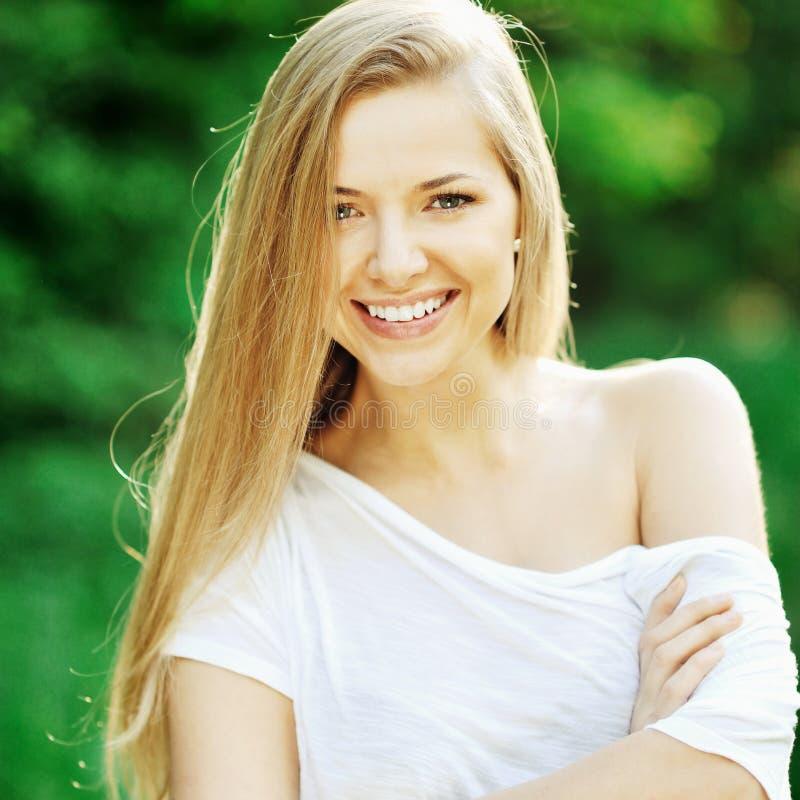 Portret piękny kobieta model outdoors fotografia royalty free