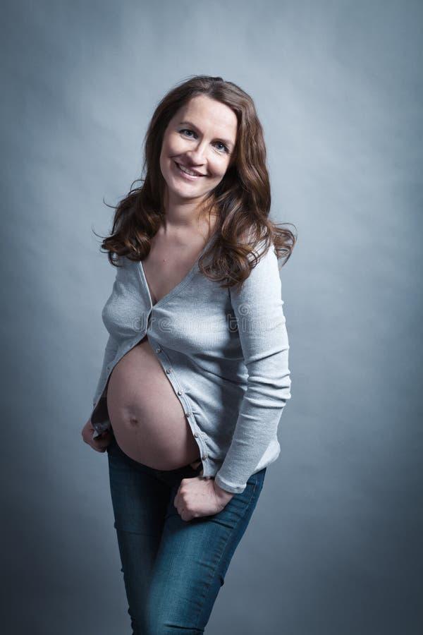 Portret piękny kobieta w ciąży w studiu obraz stock