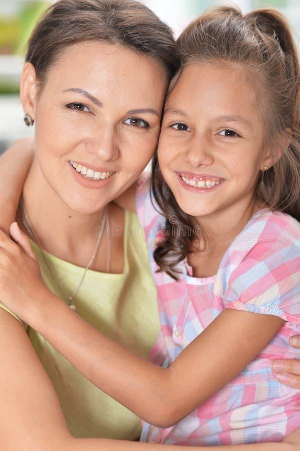 Portret piękny kobiety i dziewczyny przytulenie zdjęcie stock