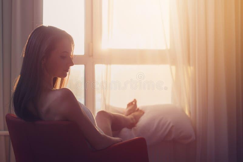 Portret piękny kobiety obsiadanie na krześle cieszy się wschód słońca obrazy royalty free