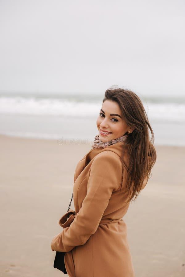 Portret piękny kobiety walkink blisko wzdłuż wybrzeża morze północne Elegancka dama w brązu żakiecie z modą uzupełnia zdjęcie royalty free