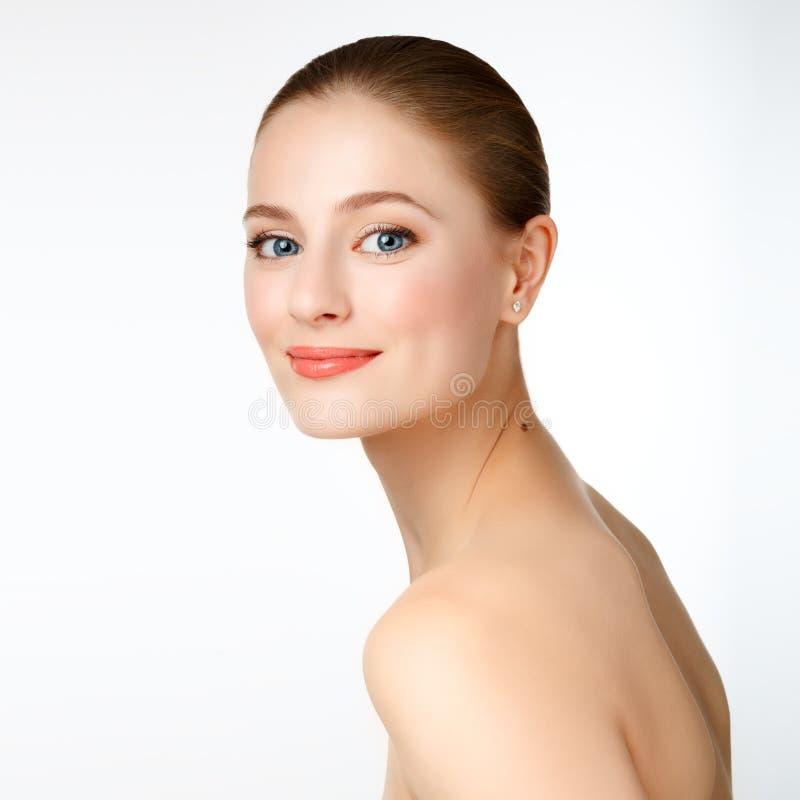 Portret piękny młoda dziewczyna model z czystą skórą i błękitny obraz stock